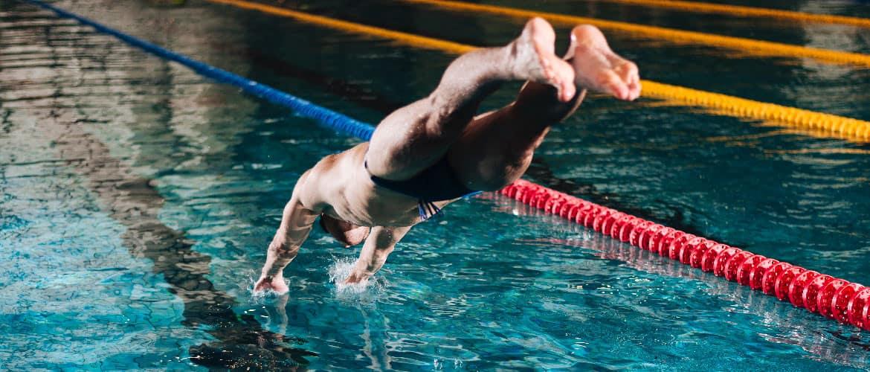 in het water duiken